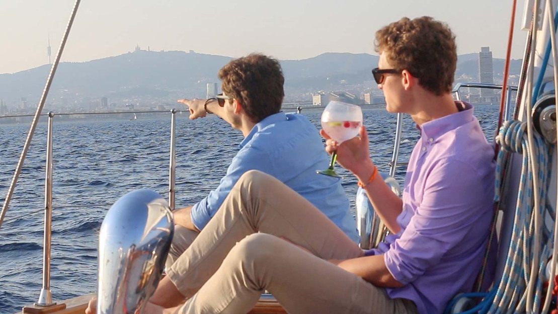 Aperitivo in barca al tramonto lungo le coste di Barcelona - Main image