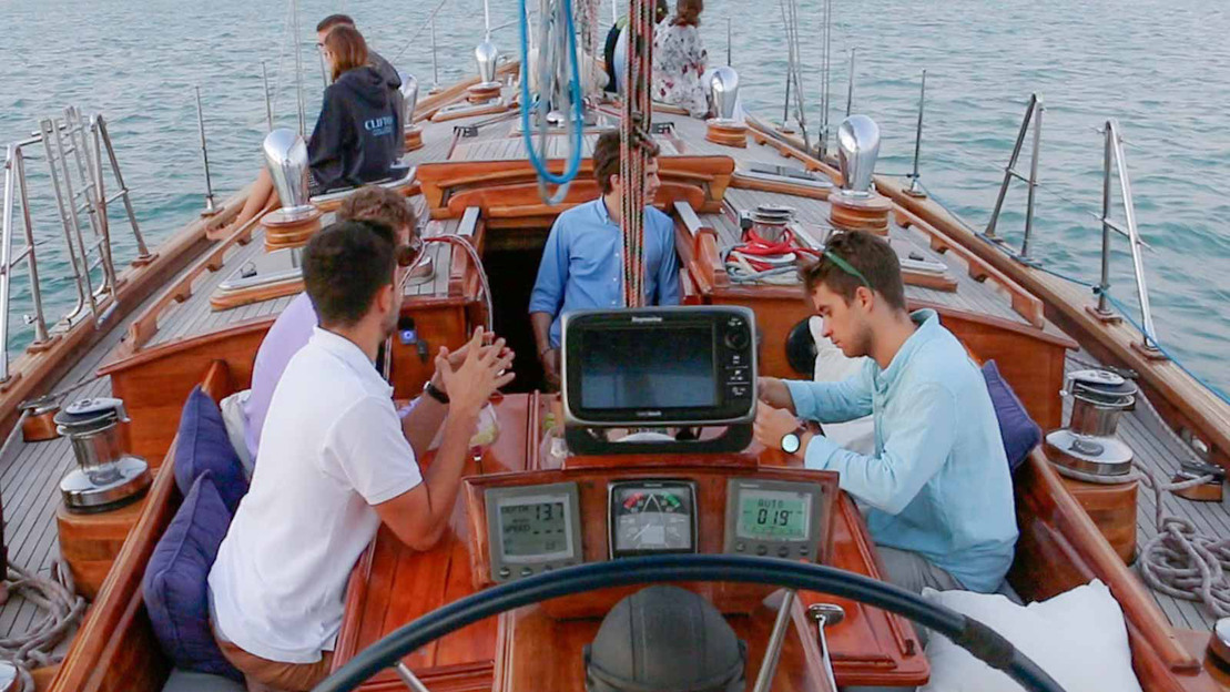 Gita in barca a vela lungo la costa di Barcelona - Main image