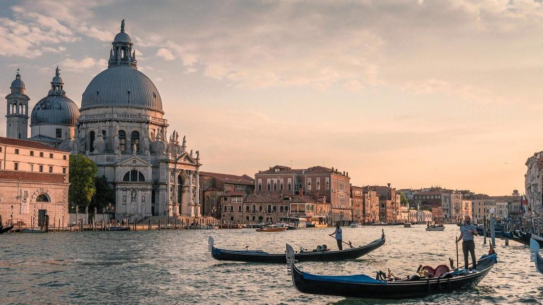 Complete tour of Venice: Doge Palace, Golden Basilica, Gondola ride and panoramic tour - Main image