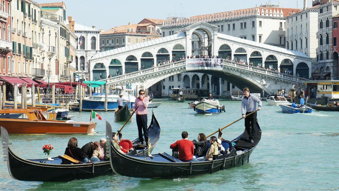 Giro in gondola sul Canal Grande con musica dal vivo, cantante e biglietti salta fila - Main image